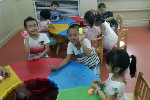学校附属幼儿园开展黏土手工课