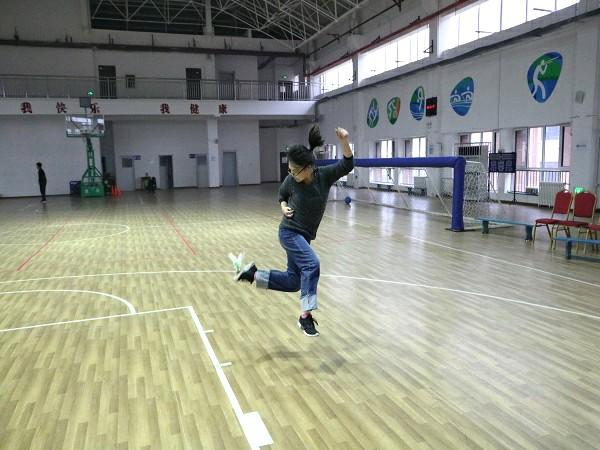 """xue校工会组zhi""""wo运动,wo快乐""""踢毽zi比赛"""