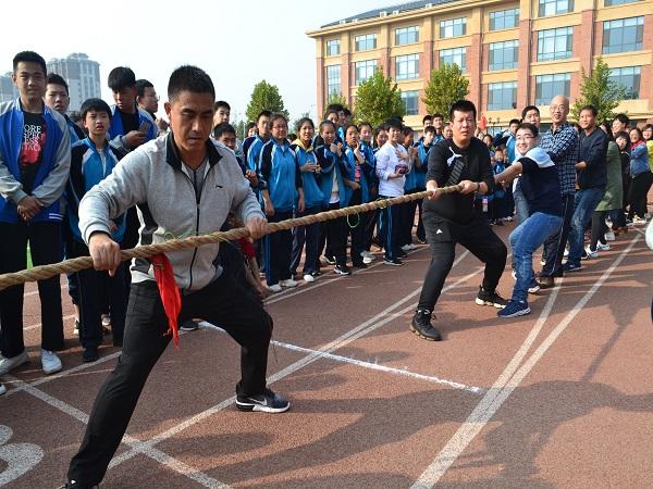 学校工会zu织jiao工拔河比赛