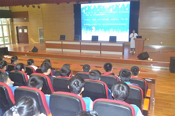 学校举行冬季chuan染病预fang知识讲座